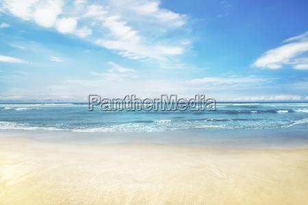 schoenes panorama von seelandschaft mit blauem