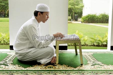 seitenansicht des asiatischen muslimischen mannes der
