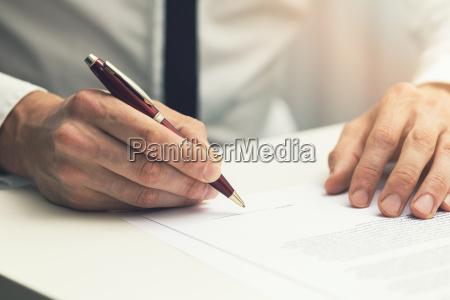 geschaeftsmann unterzeichnen geschaeftspartnerschaftsvertrag
