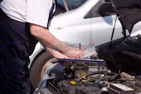 auto oder motormechaniker der einen automotor