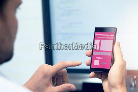 mobile anwendungsentwicklung programmierer mit smartphone