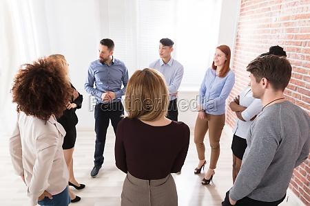 manager mit seinen geschaeftskollegen