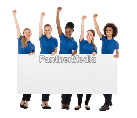 gruppe weibliche hausmeister mit der anschlagtafel
