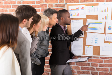 business colleague blick auf grafik
