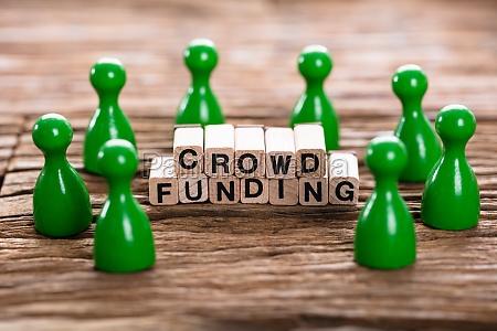 crowd funding word mit hoelzernen bloecken