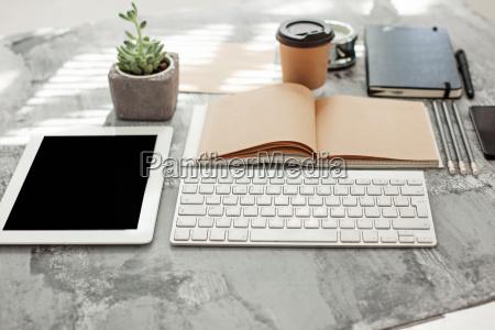 schreibtisch schreibtisch mit computer zubehoer und