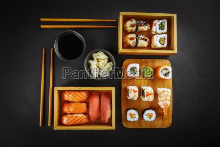 sushi und sushi rollt