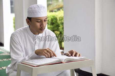 religion asiatischen moslemischen mann mit muetze