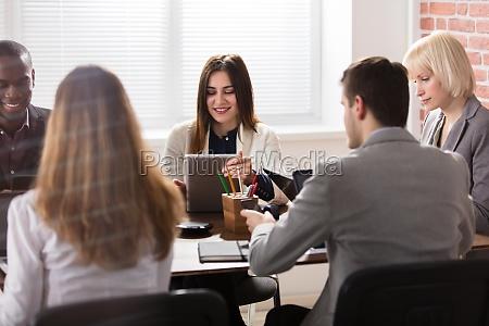 weiblicher manager mit ihrer kollegin im