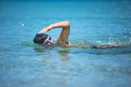 junger mann schwimmt die front kriechen