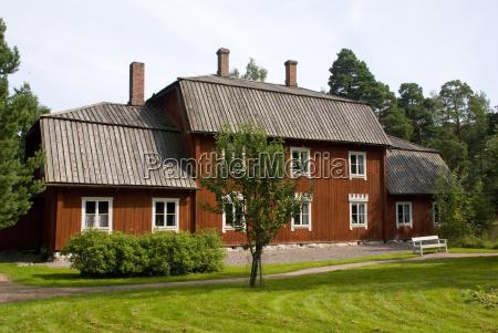 typisch skandinavisches rotes holzhaus in helsinki