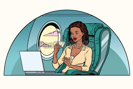 afrikanische geschaeftsfrau in der business klasse
