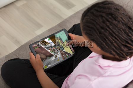 maedchen das videospiel auf digital tablet