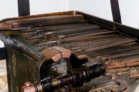 alte werkstatteinrichtung mit schraubstoecken
