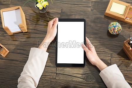 geschaeftsmann haelt blankes digitales tablet