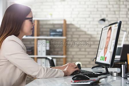 geschaeftsfrau doing video konferenz auf computer