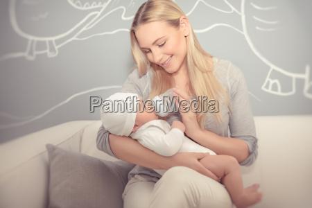 mutter fuettert ihr baby