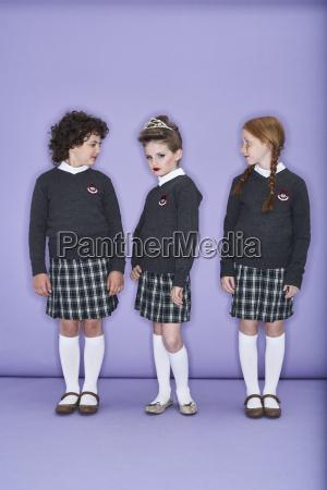 drei maedchen tragen