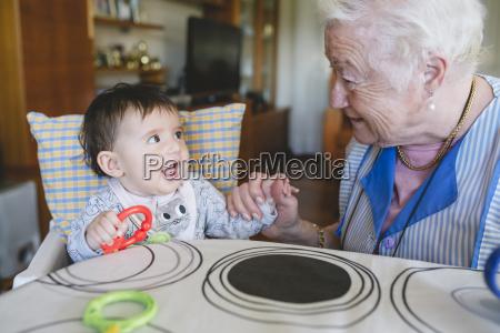 urgrossmutter spielen mit