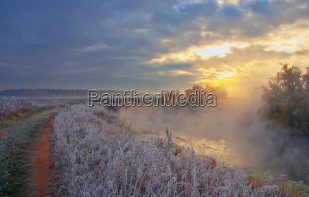 sonnenaufgang gefroren eingefroren dreck daemmern rauhreif