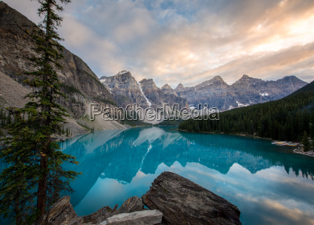 moraine lake bei sonnenuntergang in den