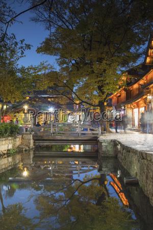 canalside restaurant in der abenddaemmerung lijiang