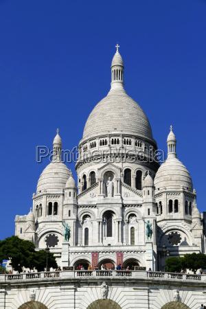 sacre coeur basilica on montmartre paris
