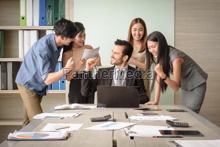 geschaeftsleute gluecklich nach unterzeichnung vereinbarungerfolgreiches teamwork