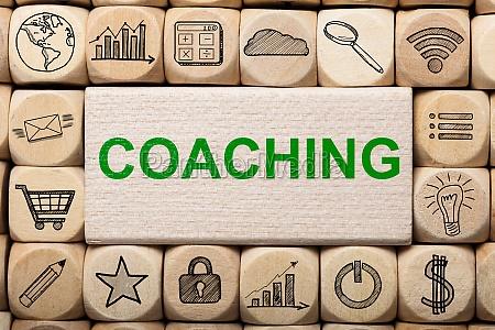 coaching text auf holzblock von computer