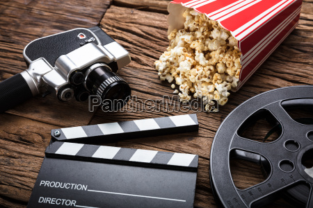 filmkamera mit clapper board und popcorn