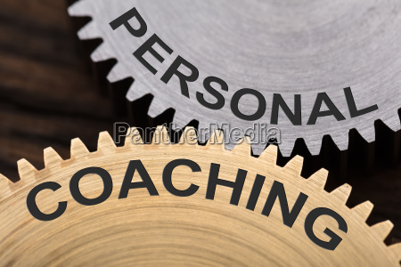 persoenliches coaching konzept auf vernetzten zahnraedern