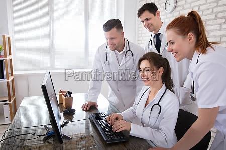 gruppe von aerzten blick auf computer