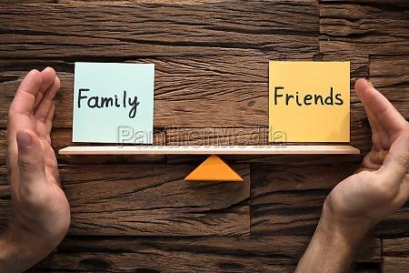 haende die die balance zwischen familie