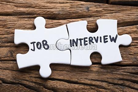 nahaufnahme von connected job interview puzzle