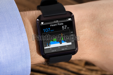 person hand tragen smart watch