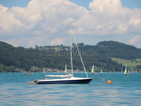 segelschiff auf blue lake mit berg