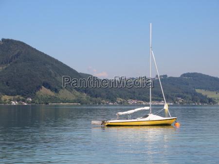 gelbe segelboot auf blue lake mit