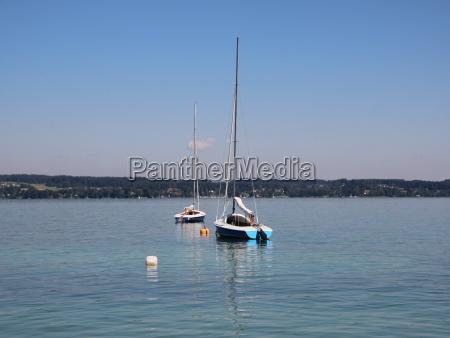 zwei segelboote auf blue lake mit