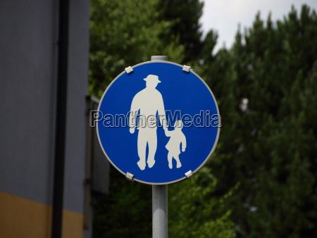 blaues fussgaengerzeichen mit mann und kind