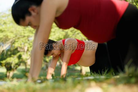 schwangere, frau, die, yoga-training, für, backpain, im - 22733571