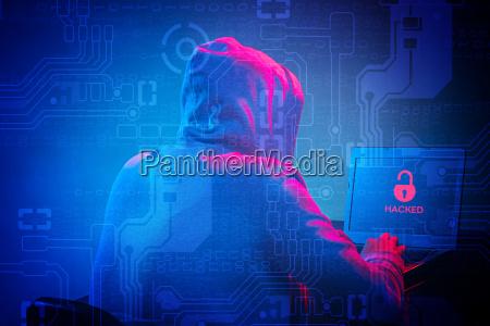 hooded computer hacker stiehlt informationen mit