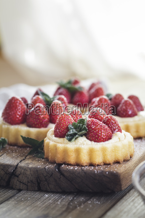 tartlets with pudding filling and strawberries