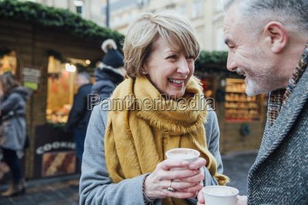 kaffee am weihnachtsmarkt geniessen