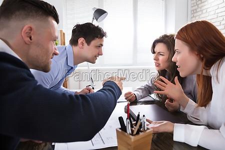 business mitarbeiter streiten sich gegenseitig