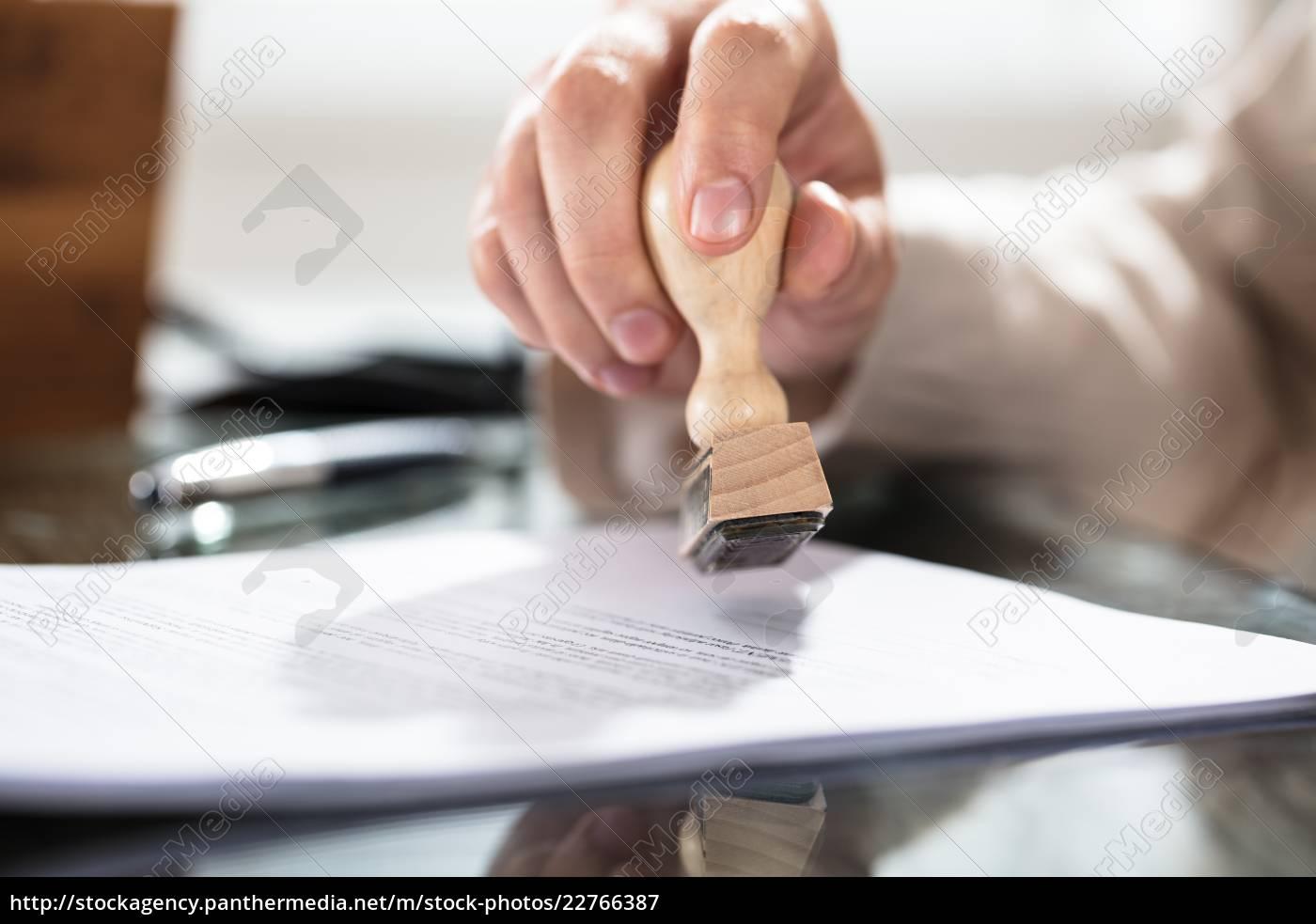 nahaufnahme, eines, person, stempeln, auf, dokument - 22766387
