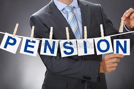 geschaeftsmann pinning pension karten auf waescheleine