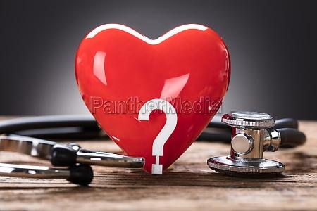 rotes herz und fragezeichen mit stethoskop