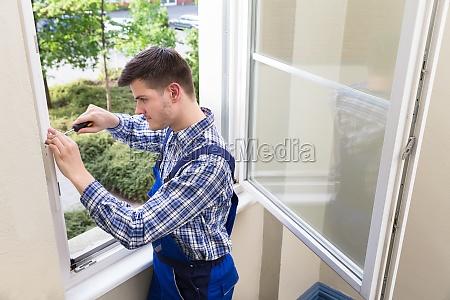 handwerker befestigungsfenster mit schraubendreher
