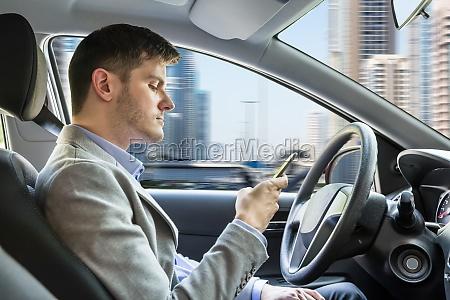 mann sitzt im inneren auto mit