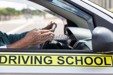 lernerfahrerstudent der auto mit lehrer antreibt